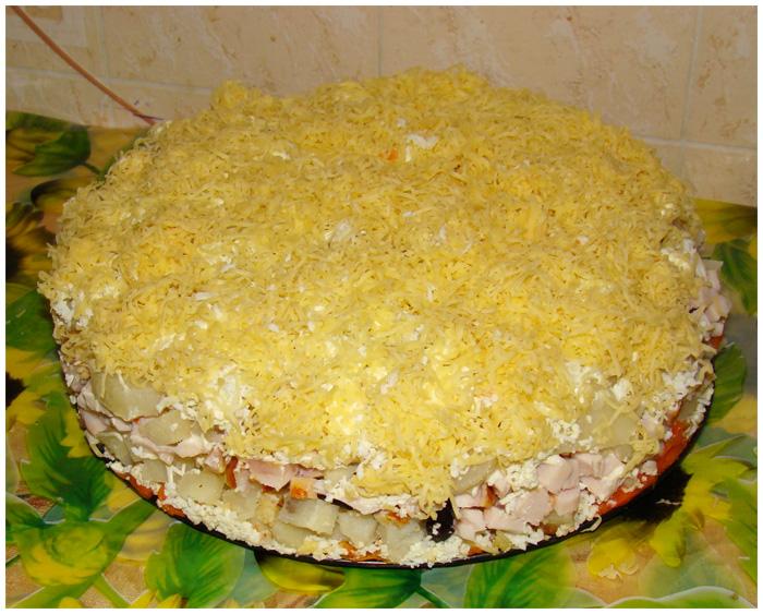 Салат из курицы и картофеля с сыром и огурцами