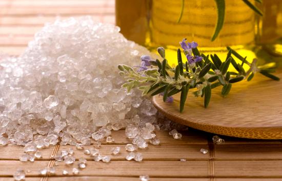 Скраб из соли для очищения кожи лица и тела