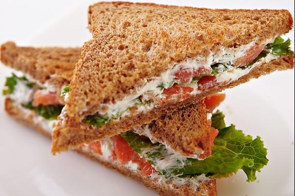 Сэндвичи с семгой и сыром Ронделе