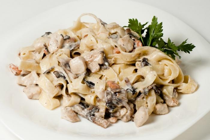 5651 Паста с курицей и грибами в сливочном соусе