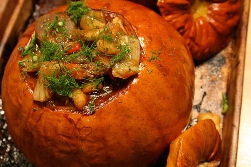 Запеченная фаршированная тыква со свининой и картофелем