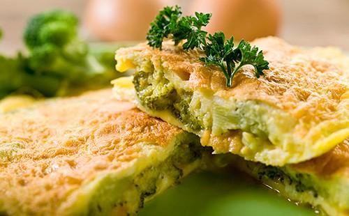Омлет с брокколи, фасолью и сыром