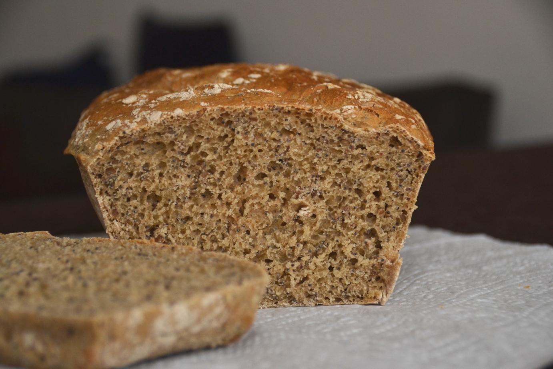 Хлеб из пшеничной и цельнозерновой муки с мёдом и семечками