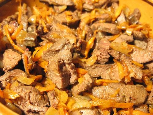 Теплый салат из печени с омлетом