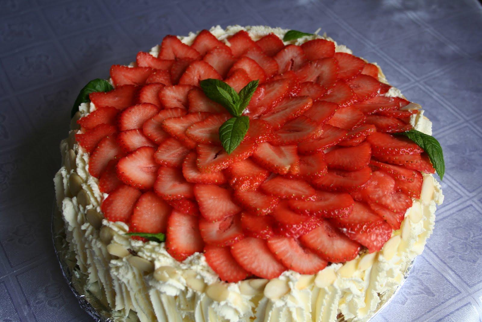 Украшение торта клубникой в домашних условиях