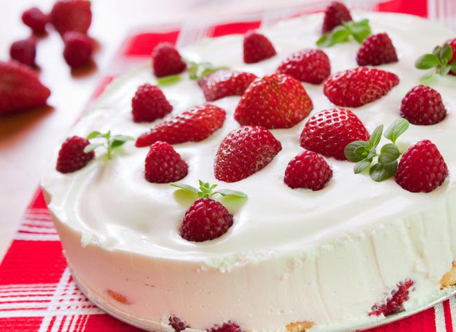 Торт без выпечки «Ягодный фейерверк»