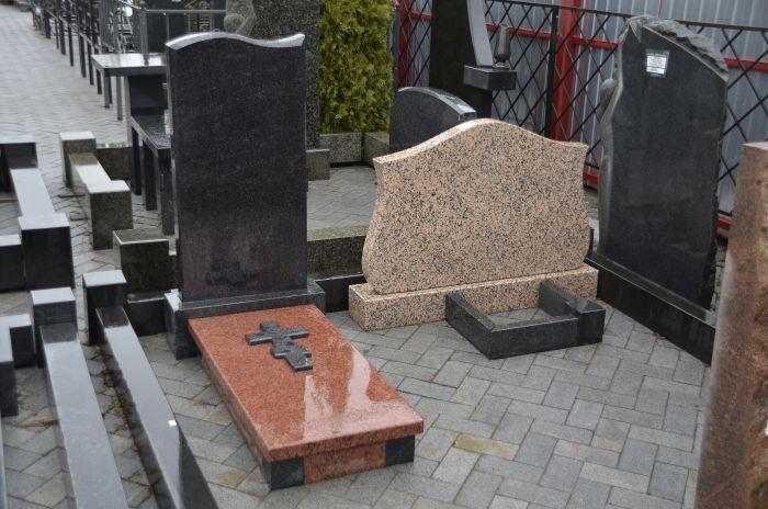 Почему памятники из натурального гранита дороже изделий из бетона или полимеров?