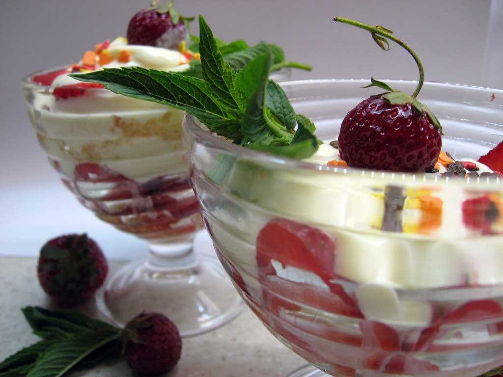 Рецепт Трайфлы с ванильным кремом и клубникой