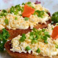16055 Рецепт Чесночные гренки с яичным салатом