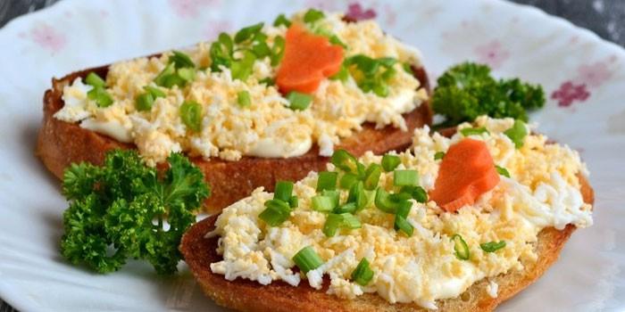 Рецепт Чесночные гренки с яичным салатом