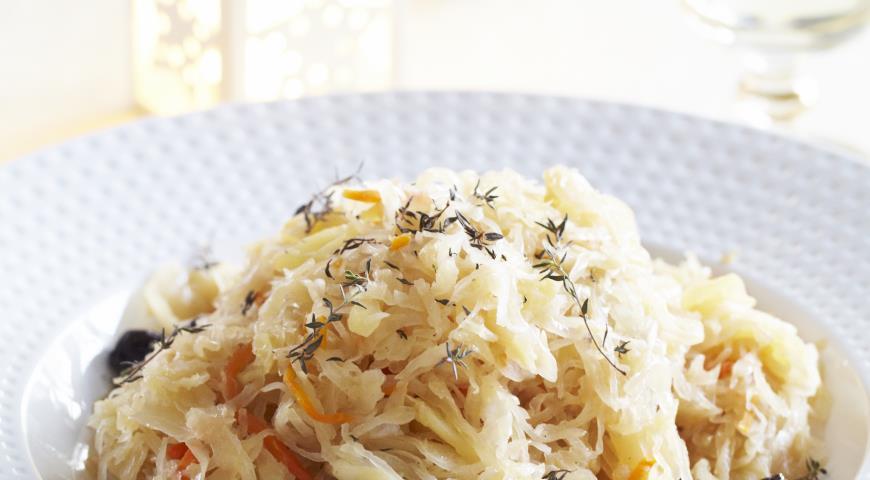 Рецепт Пикантная капуста, тушеная с яблоками
