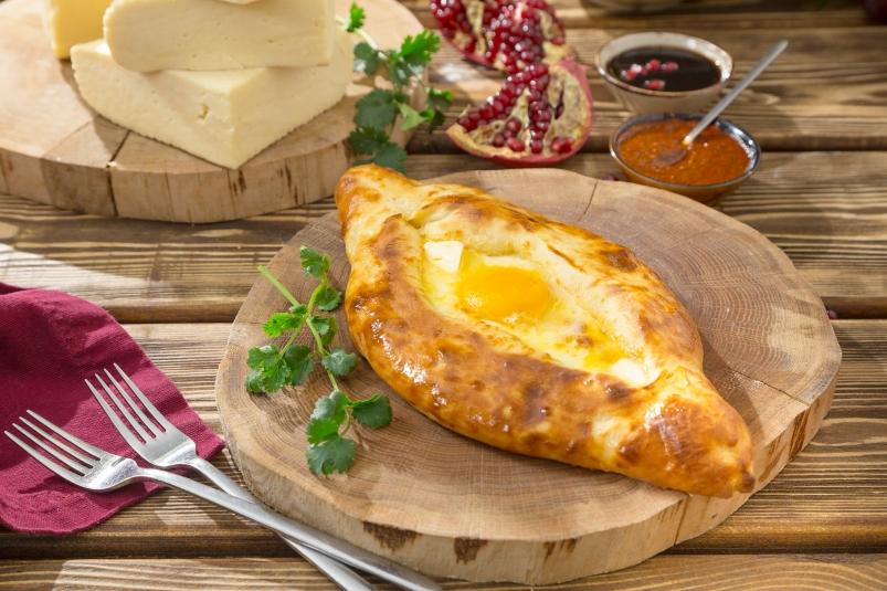 Рецепт Хачапури по-аджарски с двумя видами сыра