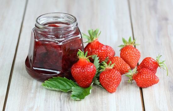 Консервация: варенье без сахара с клубникой и красной смородиной, яблоками и фиолетовым базиликом