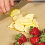16904 Консервация: варенье без сахара с клубникой и красной смородиной, яблоками и фиолетовым базиликом