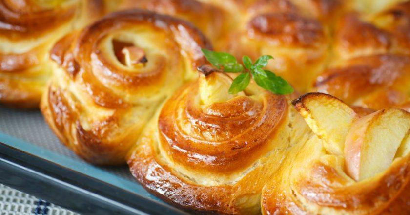 Рецепт Ароматные булочки с корицей и карамелизованными яблоками