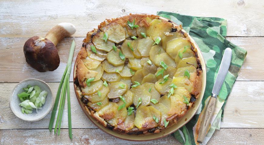 Заливной пирог с грибами и картофелем на сметанном тесте