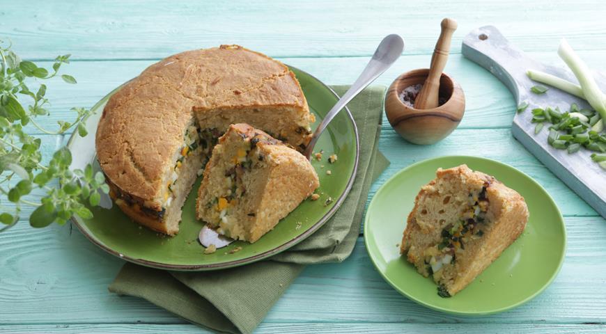 Заливной пирог на кефире с луком, яйцом и селедкой