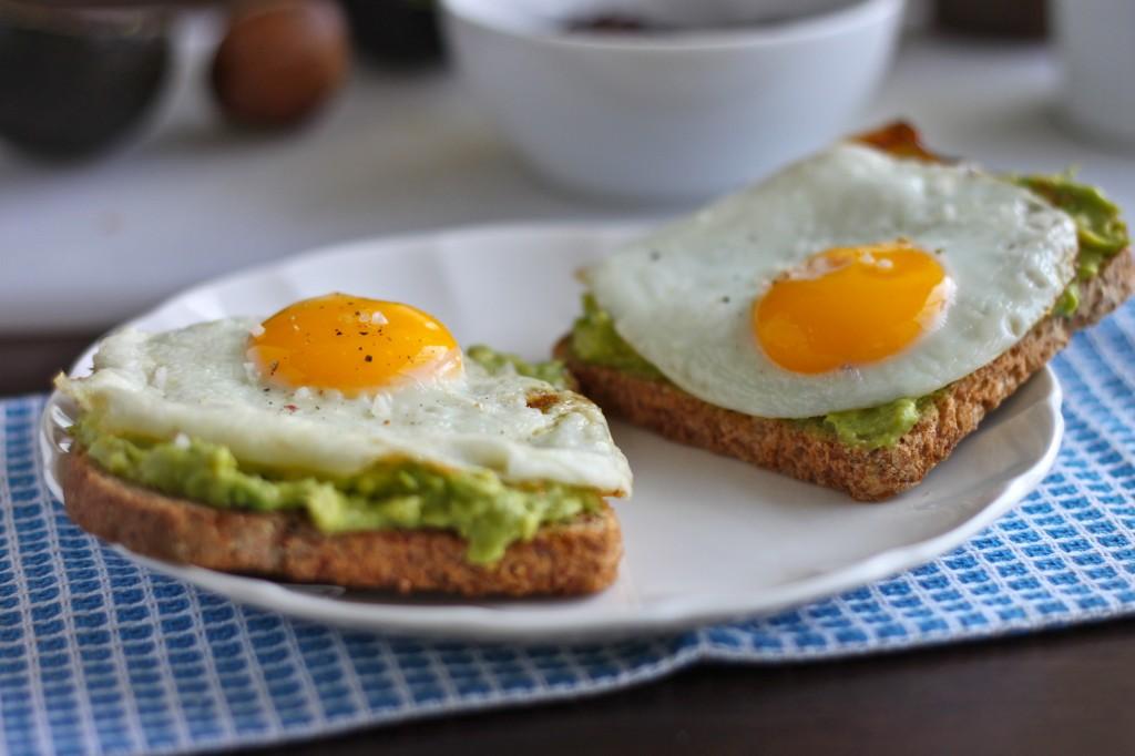 19235 Двойной тост с авокадо и яйцом