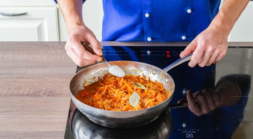 Рыба под маринадом, добавьте уксус, сахар, перец горошком и лавровый лист