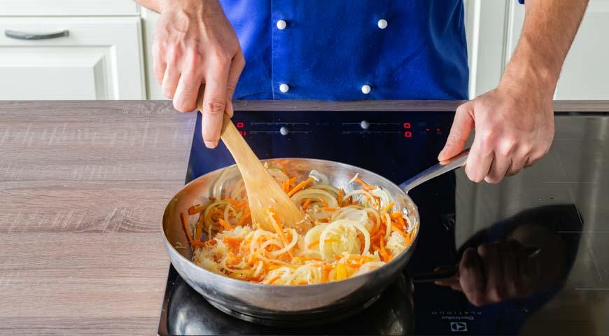 Рыба под маринадом. пассируйте лук и морковь