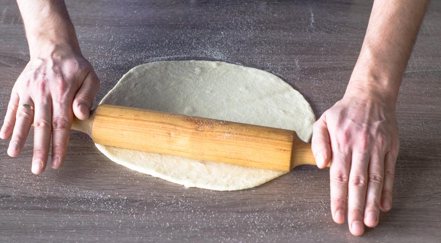 Пицца Маргарита, раскатайте тесто