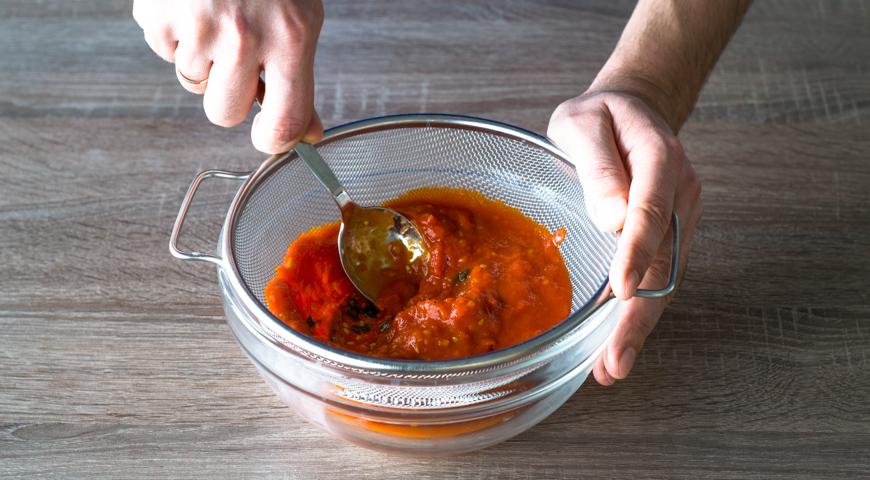 Пицца Маргарита, протрите помидоры через сито