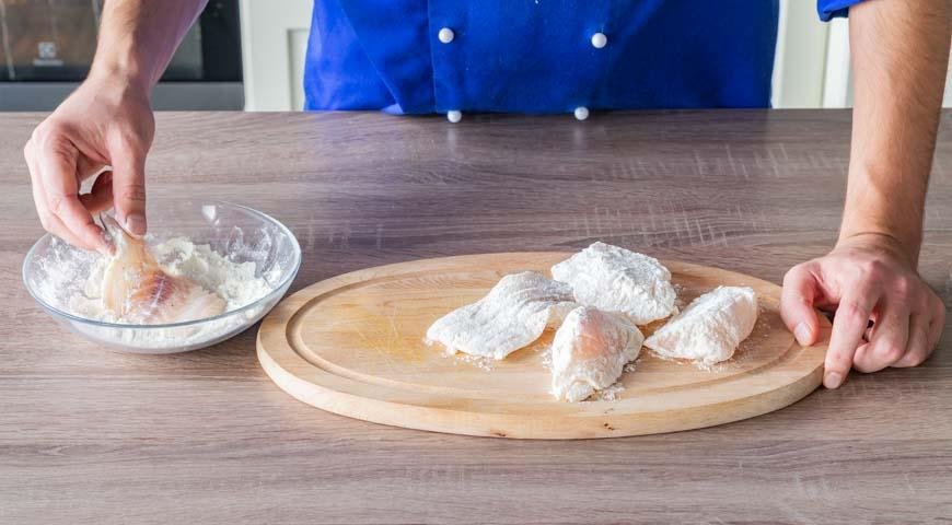 Рыба под маринадом, нарежьте крупно филе и обваляйте в муке